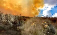 Medios aéreos trabajan para atajar y extinguir un incendio en Silván