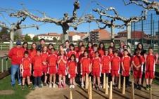La escuela deportiva de deportes autóctonos de Santa María del Páramo recibe su equipación de competición