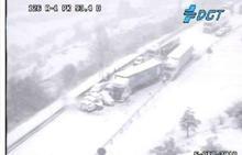 Atasco en la A-1 en el puerto entre Madrid y Segovia por una colisión de diez vehículos en plena nevada