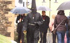 El Lambrión Chupacandiles anuncia entre lluvia la celebración de la Semana Santa en Ponferrada