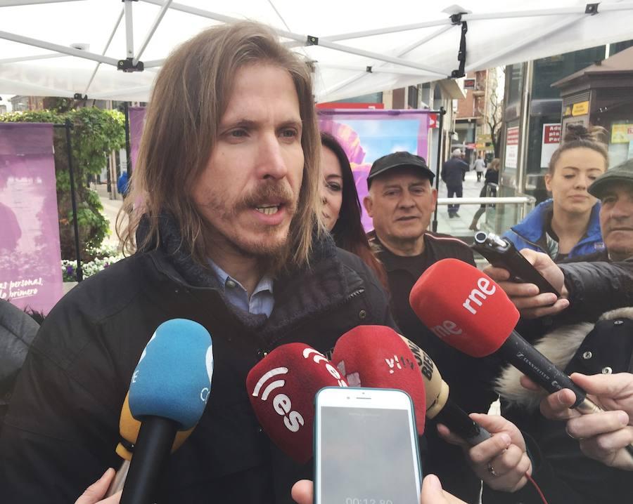 El candidato de Podemos a la Junta, Pablo Fernández, visita Ponferrada