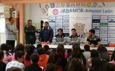 Jugadores del Abanca Ademar visitan el CEIP Bernardino Pérez de Valencia de Don Juan