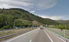 Herido un hombre de 60 años tras volcar el turismo en el que viajaba en la A-6 en Villafranca del Bierzo