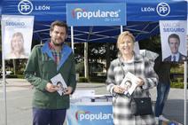 Mesa informativa del PP en el rastro dominical de León