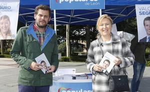Los candidatos del PP cumplen con la tradicional visita al rastro dominical