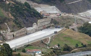 Fomento diseña una nueva obra para asegurar la ladera de Campomanes que amenaza a la Variante de Pajares