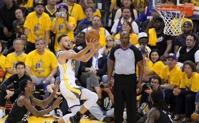 Los Warriors comienzan los 'playoffs' con pulso firme