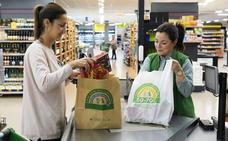 Mercadona elimina desde hoy todas las bolsas de plástico por otras de papel y material reciclado