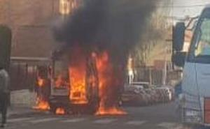 Una furgoneta arde en el Paseo Ronda de la capital y obliga a intervenir a Bomberos