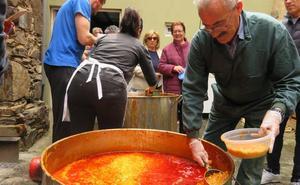 La Bañeza revive la tradición del 'Santo Potajero' en medio del fervor popular
