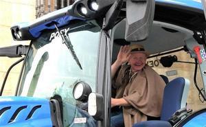 Peregrinos en tractor «por el campo»