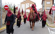 La Cofradía del Bendito Cristo de los Afligidos avanza en las calles de Astorga el dolor del Viernes Santo