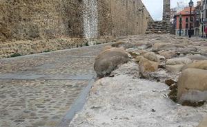 La suciedad, los vándalos y el olvido 'condenan' a la cerca medieval de León, monumento histórico artístico desde 1931