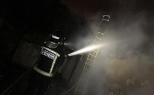 Los Bomberos de León extinguen un incendio declarado en un molino de Huerga de Garaballes