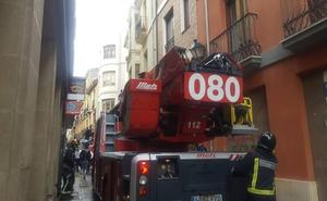 Herido un hombre tras desprenderse parte de la cornisa de un edificio abanando en La Rua