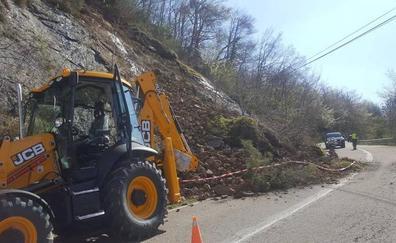 Un argayo corta el tráfico de un carril entre Soto y Posada de Valdeón, en Picos de Europa