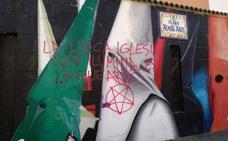 Astorga amanece con pintadas sobre las imágenes de su Plaza de la Semana Santa