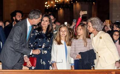Los reyes asisten en Palma con sus hijas y doña Sofía a la misa de Pascua
