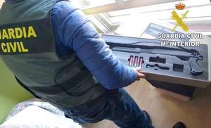 Detienen a cuatro personas por el robo de varias armas de fuego en Armunia y venderlas por 1.200 euros