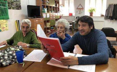 El actor Carmelo Gómez visita y muestra su apoyo a la Unidad de Respiro de Alzheimer León en la localidad de Cea