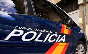 La policía investiga el robo en diez vehículos de dos garajes del barrio de Santa Ana