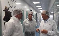 Justo Fernández defiende en su visita a Leon Farma el apoyo firme al tejido industrial de la provincia