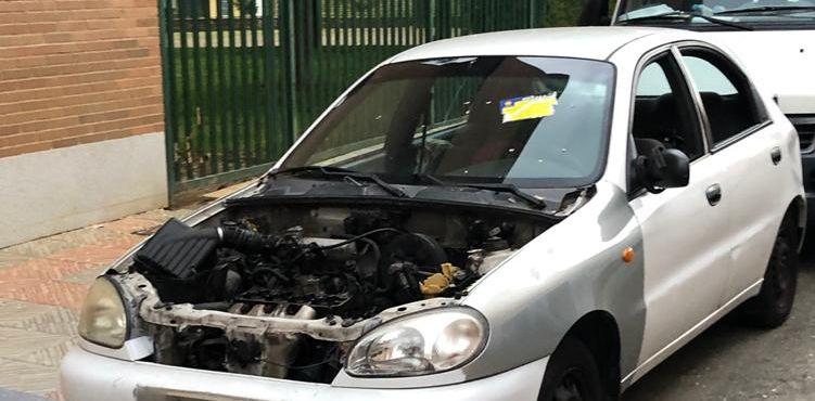 Denuncian la presencia de un coche desvalijado y abandonado por su dueño y por la Policía Local