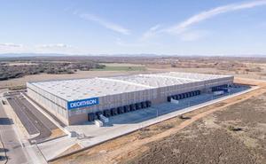 Decathlon abre su centro logístico en Villadangos con 180 empleos y distribuirá 25 millones de artículos al año