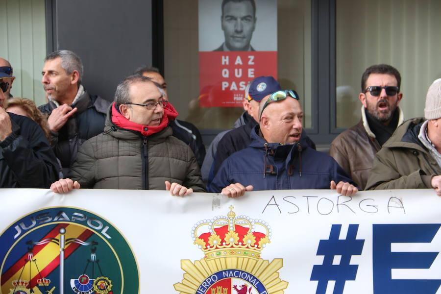 Protesta de Jusapol a las puertas del PSOE