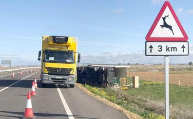 El conductor de un camión pierde el control y vuelca en el acceso a la León-Valladolid en Santas Martas