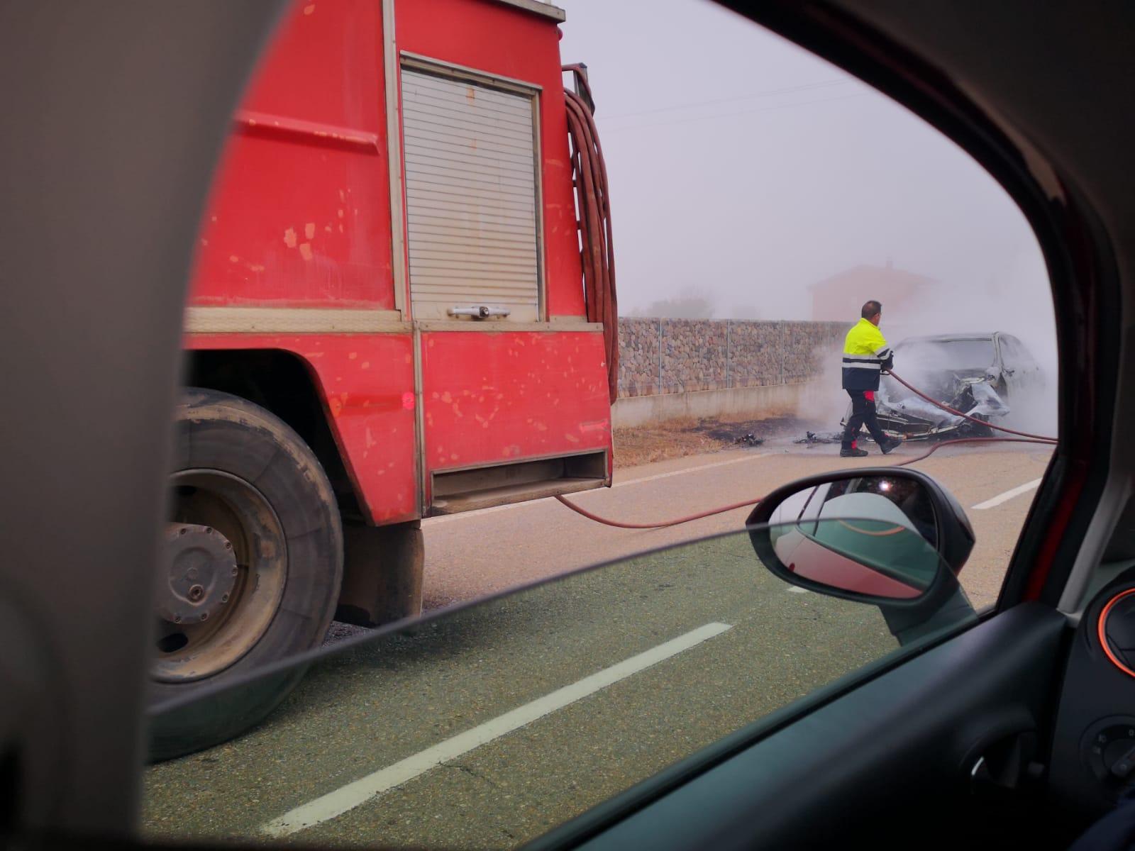 Arde un vehículo en marcha en El Burgo Ranero