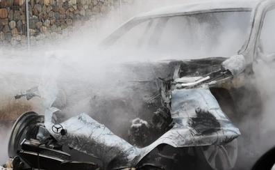 Las llamas devoran un vehículo de alta gama que arde mientras circulaba por El Burgo Ranero