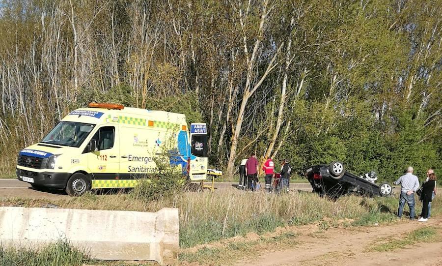 Tres heridos en el vuelco de un coche en la LE-5503 entre Llamas de la Ribera y Quintanilla