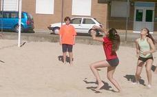 Cerca de 100 niños participan en un torneo de vóley playa en León