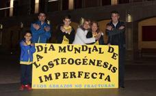 Valencia de Don Juan se ilumina de amarillo por el Día Mundial de la Osteogénesis Imperfecta