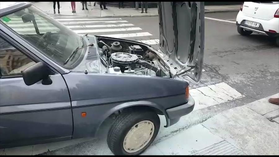 Un coche arde en el centro de León