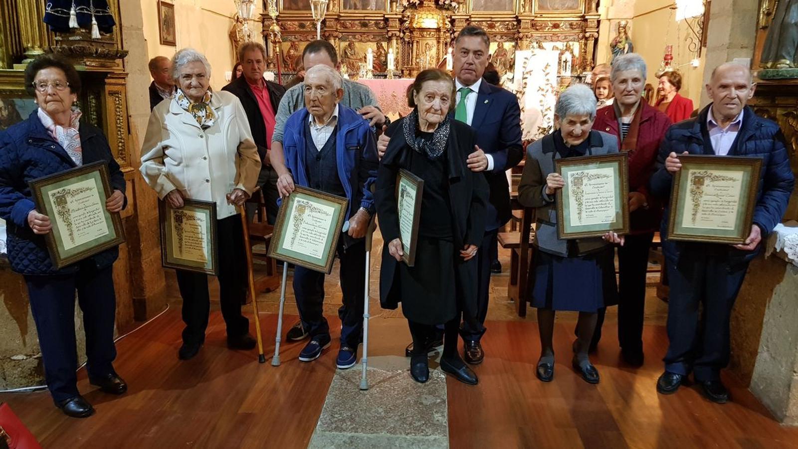 Cuadros homenajea a sus mayores