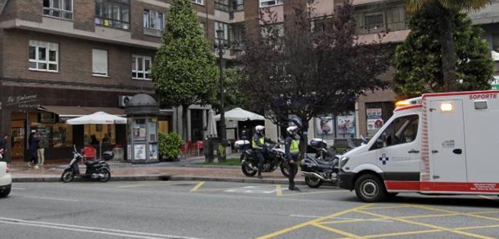 Un hombre se corta el cuello con una botella en un bar de Oviedo