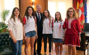 Ariadna Puertas y Sara Rodríguez reciben en reconocimiento de León