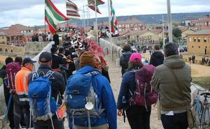 Bailadores de toda la provincia se reúnen en Hospital de Órbigo para llenar el puente de folclore y pendones