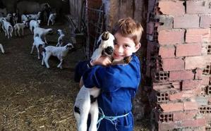 Niños que crecen en la España vaciada o cuando prefieres ver nacer un cordero a jugar a la 'PlayStation'