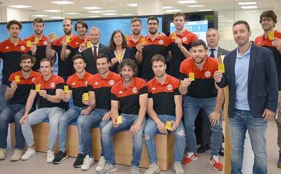 Abanca presenta su nueva tarjeta 'Tú NX' junto a los jugadores del Abanca Ademar