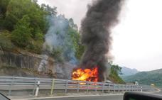 El incendio en un vehículo articulado obliga a cortar la autopista del Huerna sentido Asturias