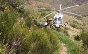 La Guardia Civil rescata y evacúa en helicóptero a una montañera accidentada en Valdepiélago