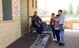 El bar del campo de Golpejar de Puente Castro ya tiene su rampa de acceso para discapacitados
