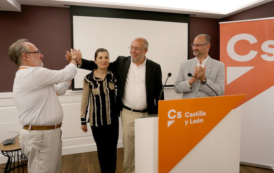 Francisco Igea es felicitado tras conocer los resultados de las elecciones