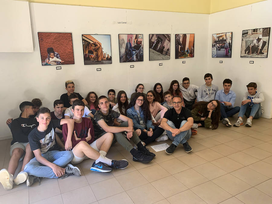 La Exposición fotográfica «Al otro lado» del fotógrafo Luis Canal se expone en la Galería Didáctica del colegio Maristas San José