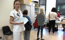 500 sanitarios leoneses acuden a votar con su bata o pijama de trabajo como protesta contra el 'sacylismo'