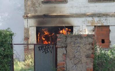 Un segundo incendio en el mismo día en un inmueble abandonado en León capital obliga a actuar a Bomberos