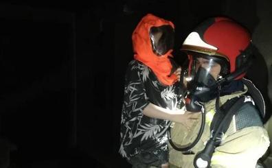 Evacuados cinco menores y cuatro adultos en un aparatoso incendio en el Paseo del Cauce de Valladolid